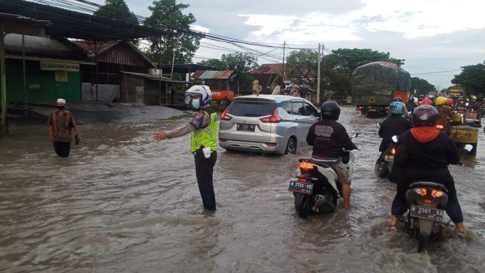 Satlantas Polres Paskot Atur Lalin Banjir Di Jalur Pantura